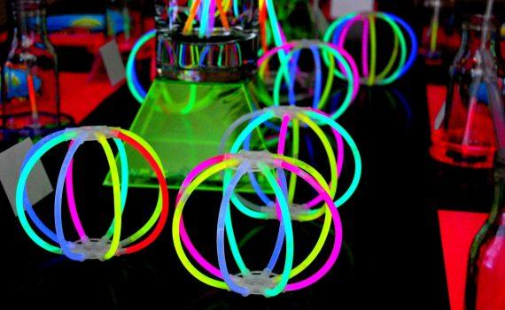 Un rètol de neó, o simplement neó, és un rètol fet a partir d'un tub de neó fluorescent. Es fabrica a partir de la flexió d'un tub de vidre. Hi ha una artesania especialitzada per fer aquest tipus de tub. La patent va ser presentada pel francès Georges Claude el 1910, després es va desenvolupar als Estats Units. Amb aquesta tècnica, la marca de comunicació d'una empresa es va poder fer lluminosa. El rètol de neó pot ser d'il·luminació directa o indirecta. Pot ser fet a mida o estàndard. El rètol de neó es compon d'un tub fluorescent de càtode fred, modelat, d'un nivell baix de consum (consum mitjà de 25 W per metre) i 100% reciclable a través de canals aprovats. Al Neó li podem donar moltes aplicacions practiques o decoratives, podem fer figures de tot tipus i amb totes les formes.